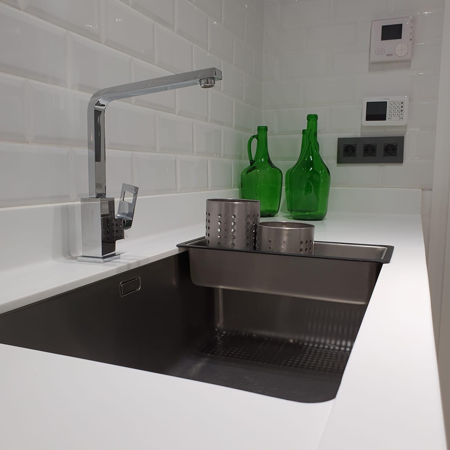 Cocina Dinna Cocinas en Tenerife Silestone Solid Surface fingerpull zócalo aluminio