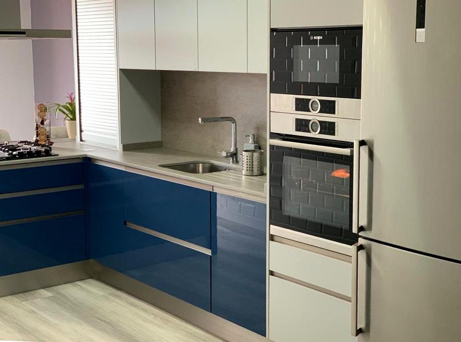 Los electrodomésticos son de la marca Bosh (horno, microondas, frigoríafico y placa cristalgas). Encimera Dekton con aplacado, modelo Keon Tech, con escurridor tallado en la misma.